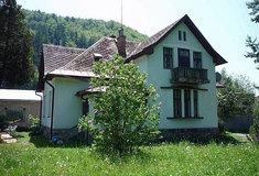Starší nemovitosti iauta prodávají Lesy ČR