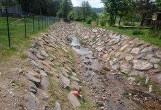 Koryto přítoku Jindřichovického potoka pojme až stoletou vodu
