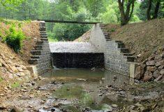Lesy ČR dokončily protipovodňová opatření na Skořickém potoce na Rokycansku