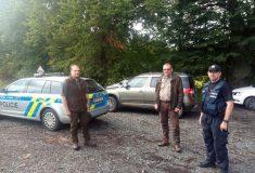 NE po lese…, zastavila motoristy policie