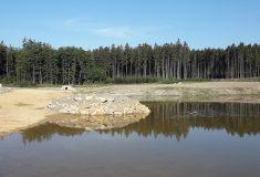 Ve státních lesích na Trutnovsku se napouští nová vodní nádrž Soutok