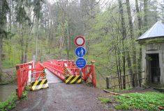 Červený most v Babiččině údolí je otevřený Lesy ČR s opravou spěchaly kvůli letní sezóně