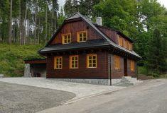 Lesy ČR postavily v Beskydech novou hájovnu Ta bývalá bude k vidění ve Valašském muzeu v přírodě  v Rožnově pod Radhoštěm